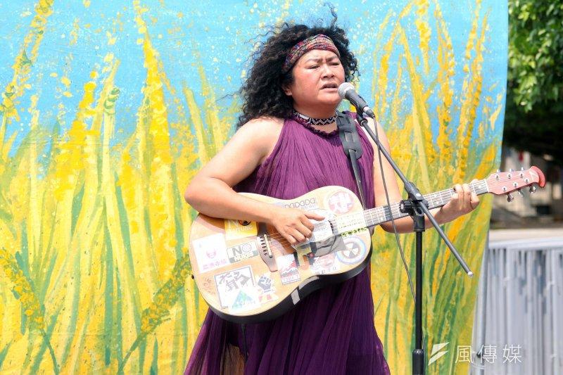 20170410-原住民歌手巴奈上午在凱道舉行「凱道上的稻穗」EP發片記者會,並在現場一展歌喉。(蘇仲泓攝)