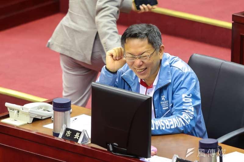 201704012-台北市長柯文哲12日至市議會備詢,於台下與議員交談後大笑。(顏麟宇攝)