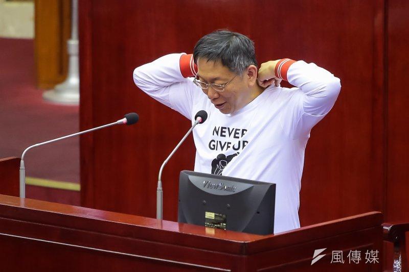 台北市長柯文哲12日於市議會備詢,並穿上近日爭議頗多的柯P跌倒T-Shirt。(顏麟宇攝)