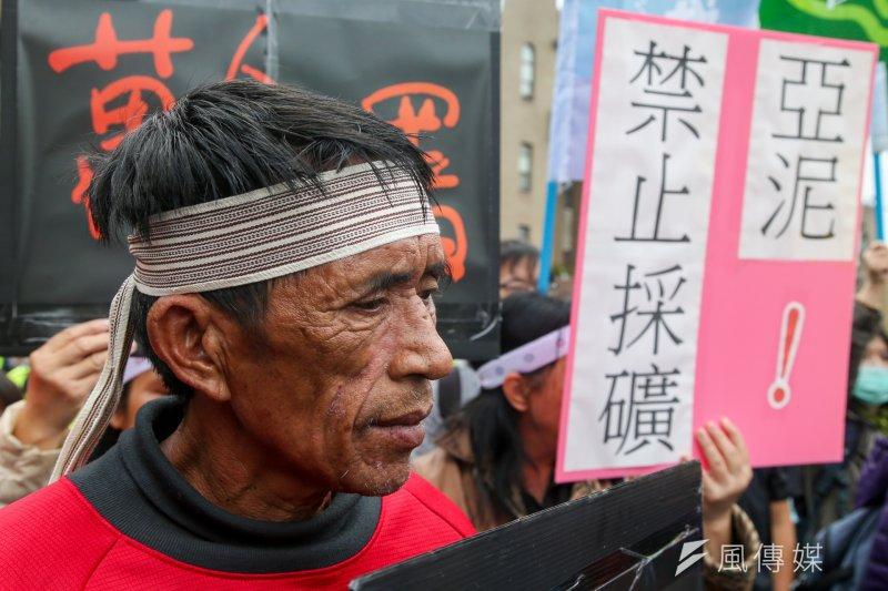 太魯閣族人12日北上到行政院抗議,要求撤銷亞泥違法展限20年。(陳明仁攝)