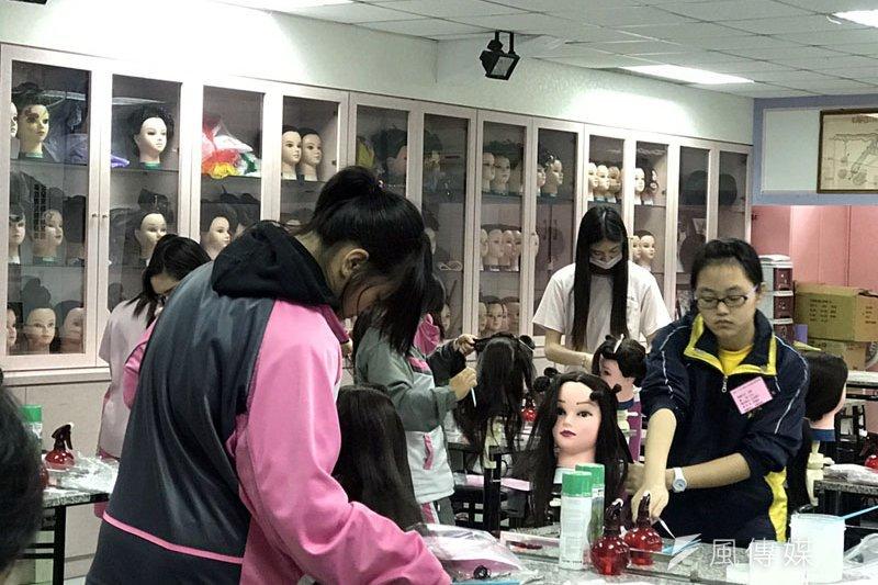 國中生技藝競賽,美髮項目選手努力爭取好成績。(圖/張毅攝)