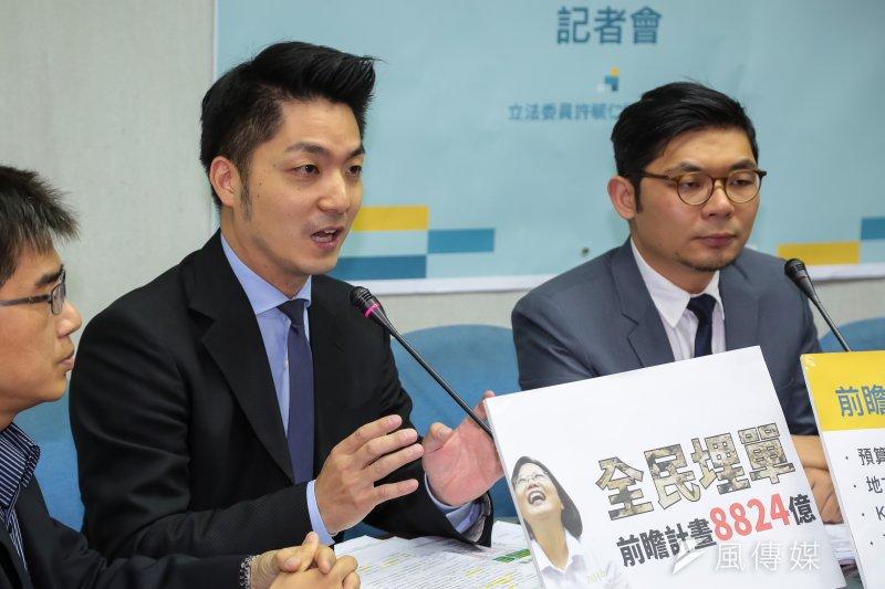 國民黨立委蔣萬安提勞保年改案,納入最低保障原則,此一原則和社民黨方案相同。(顏麟宇攝)