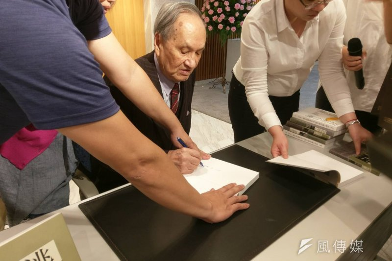 前總統府資政彭明敏16日出席玉山社《自由的滋味》與 《逃亡》再版簽書會,並表示當年《台灣人民自救運動宣言》中的訴求,有許多到了今天仍未達成。(陳俐穎攝)
