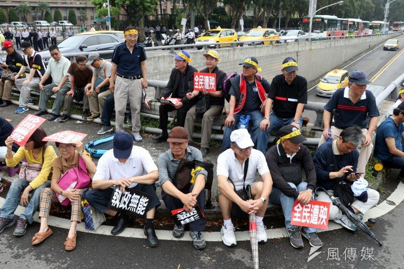 監督年金改革聯盟18日下午集結約500、600位民眾在監察院外,並遞交陳情書,並表達年改會「毀憲亂政」。(蘇仲泓攝)