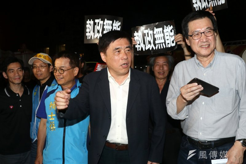 監督年金改革聯盟於立法院周遭進行夜宿圍城活動,國民黨主席參選人郝龍斌到場致意。(蘇仲泓攝)