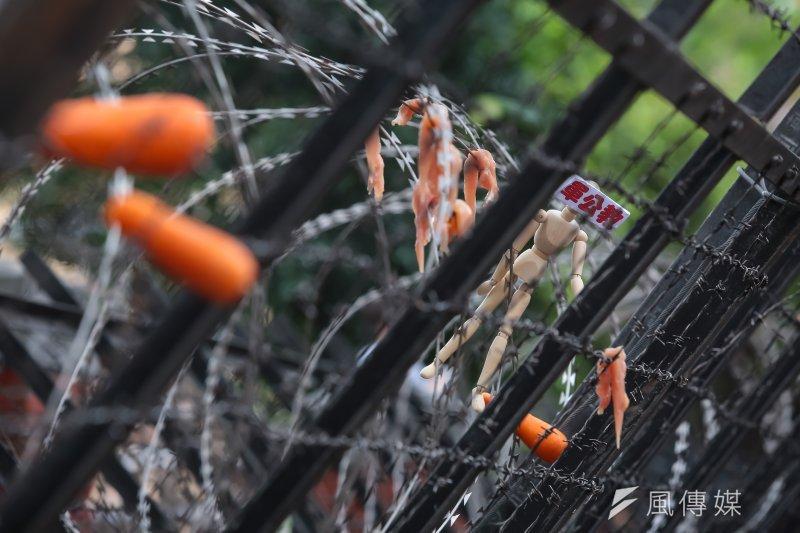 201704018-國民黨立院黨團18日召開「鐵幕國會,民主大恥」記者會,並將寫著軍公教的木偶放置在拒馬蛇龍上。(顏麟宇攝)