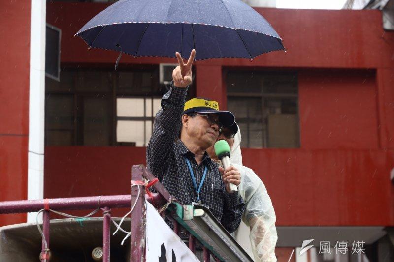 2017-04-19-反年金改革軍公教團體包圍立法院抗議-中午確定下周召開公聽會,李來希向群眾報告結果-曾原信攝