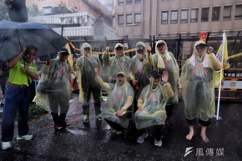 2017-04-19-反年金改革軍公教團體包圍立法院抗議-中午下起大雨,人潮稍減02-曾原信攝