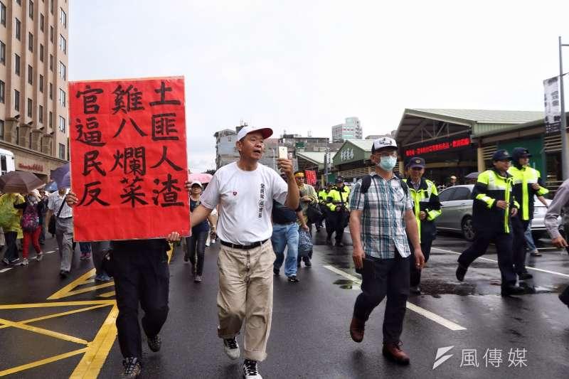 作者認為秦靖對年金制度有所誤解。圖為反年金改革的民眾聚集在民進黨黨部外。(資料照,曾原信攝)