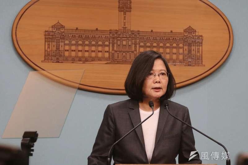 新台灣國策智庫今(21)日公布最新民調顯示,總統蔡英文滿意度33.4%,不滿意度47.8%;民眾也有41.8%認為蔡英文沒必要先承認九二共識。(資料照,蘇仲泓攝)