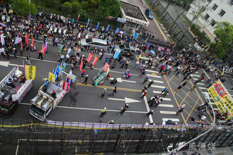 反年改者在立法院前抗議。 (陳明仁攝)