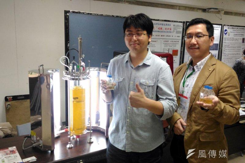 年僅二十八歲博士生林宏運(左)解開矽藻基因密碼,研究成果領先全球。(圖/張毅攝)