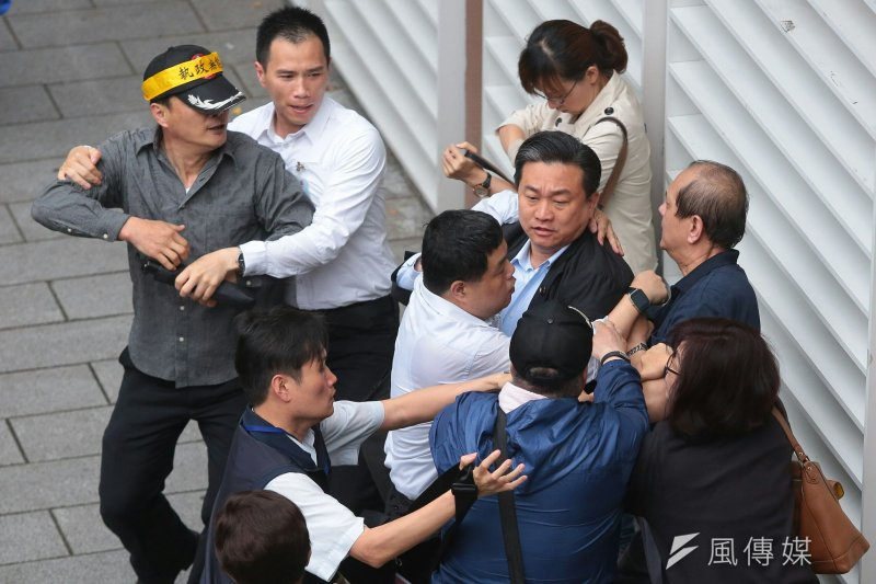 2017-04-19-反年金改革軍公教團體包圍立法院抗議-王定宇跟民眾扭打-顏麟宇