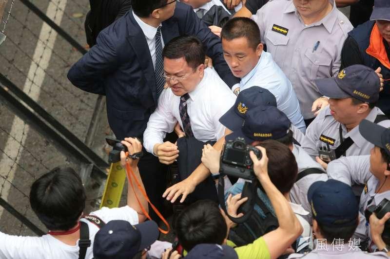 赴立法院出席前瞻基礎建設公聽會的魏明谷,也遭反年金改革團體拉扯。(顏麟宇攝)