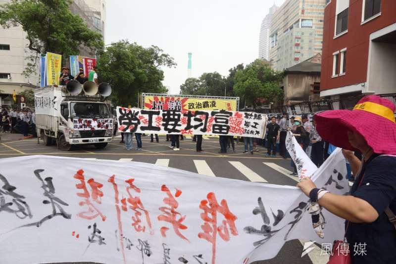 2017-04-19-反年金改革軍公教團體包圍立法院抗議05-曾原信攝