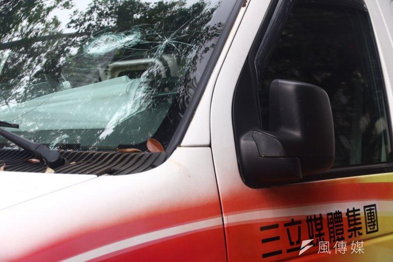 2017-04-19-反年金改革軍公教團體包圍立法院抗議-三立採訪車遭砸-曾原信攝