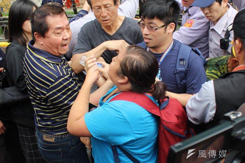 反年金改革軍公教團體19日包圍立法院抗議,國會助理欲進入卻遭到攔阻。(方炳超攝)