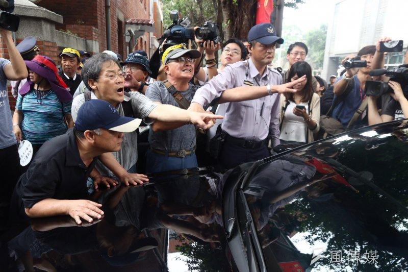 2017-04-19-反年金改革軍公教團體包圍立法院抗議-車輛遭攔阻無法進入-曾原信攝攝