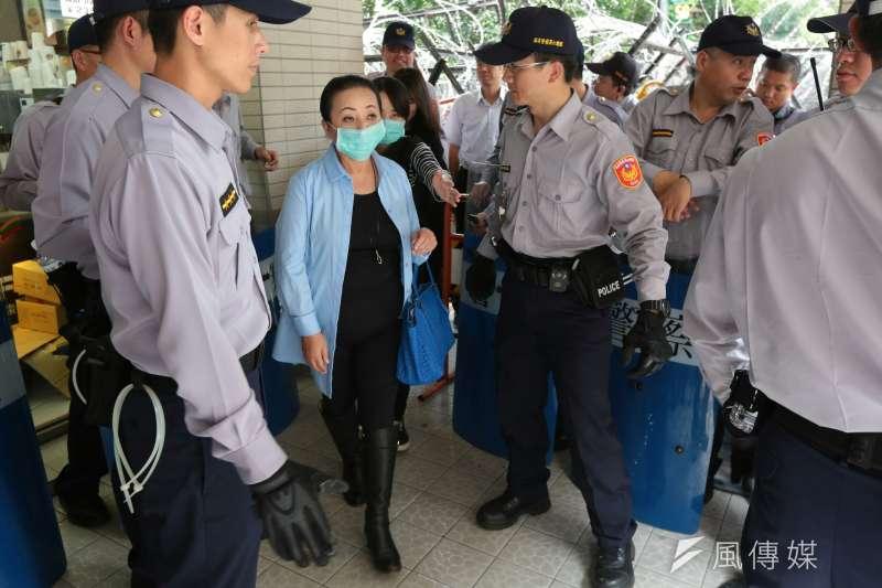 20170419-民進黨立委張花冠在警力戒護下離開。年金改革(顏麟宇攝)