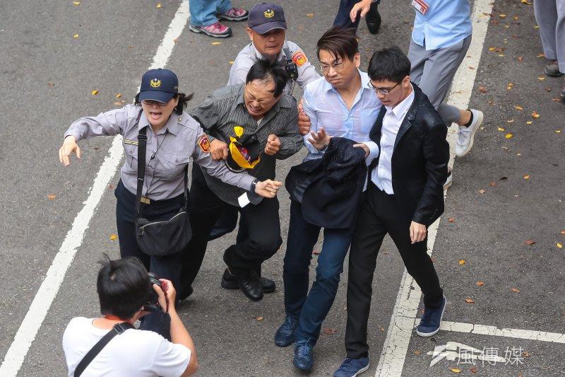 反年金改革軍公教團體19日包圍立法院抗議,時代力量立委徐永明遭潑水、碰撞。(顏麟宇攝)