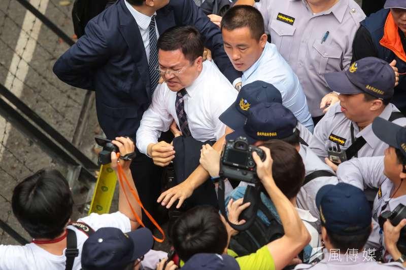20170419-年金改革法案19日將於司法法制委員會進行審議,彰化縣長魏明谷進入立院時遭反對民眾衝撞拉扯。(顏麟宇攝)