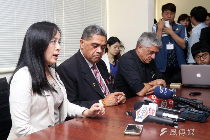 民進黨立委陳瑩下午邀請毛利國王前幕僚長Rangihiroa,就日前外交部亞太司副司長林恩真在一次宴客場合,當著賓客面前稱說「毛利國王沒有用」一事,接受媒體訪問。(蘇仲泓攝))