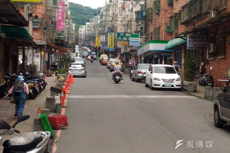 大慶大城社區巷道雙邊停車,救災車輛通行困難。(圖/張毅攝)
