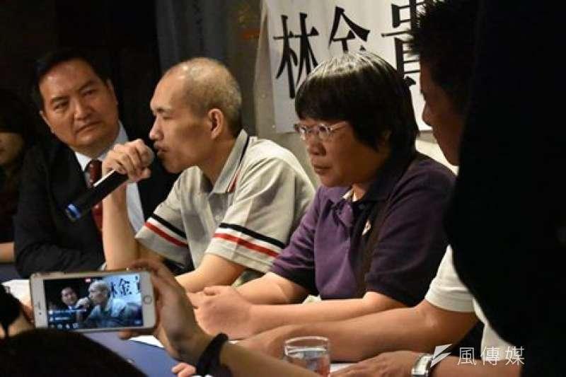 林金貴(左二)重獲自由後,在姊姊林玉芳及律師羅秉成的陪同下舉行記者會。(台灣冤獄平反協會臉書)
