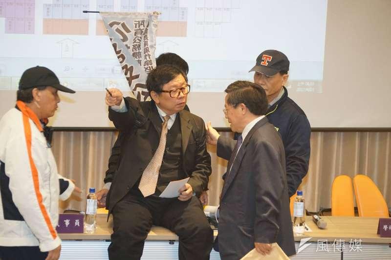 20170423-台灣大學臨時校務會議,副教授王銘宗鬧場。(盧逸峰攝)