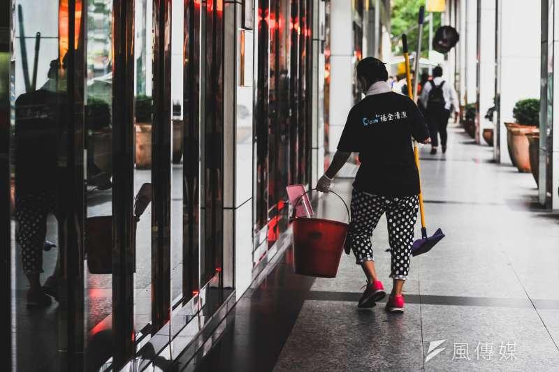 台灣人過勞情形有多嚴重?連以往被視為過勞大國的日本平均年工時都已縮減至1719小時,但近年台灣勞工平均年工時卻從未低於2100小時。(甘岱民攝)