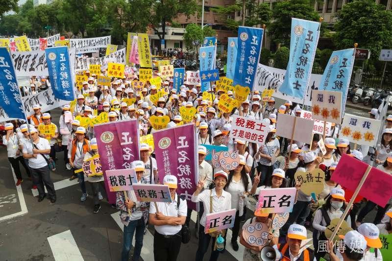 台灣各地記帳士公會25日於立院外召開「正名稅務士」集會活動。(顏麟宇攝)