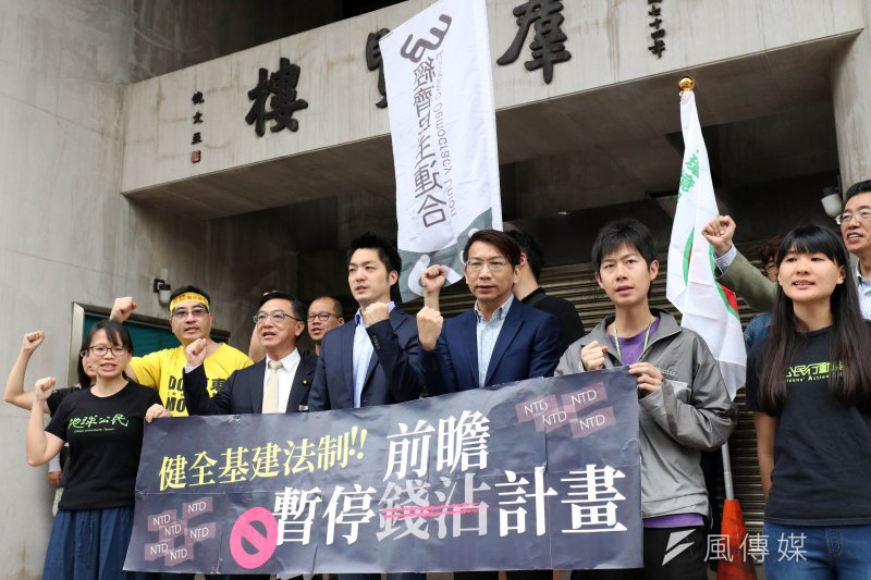 經濟民主連合、地球公民基金會26日召開記者會,蔣萬安、徐永明皆到場聲援,並表示兩在野黨團均已將究責機制納入黨團版提案。(蘇仲泓攝)