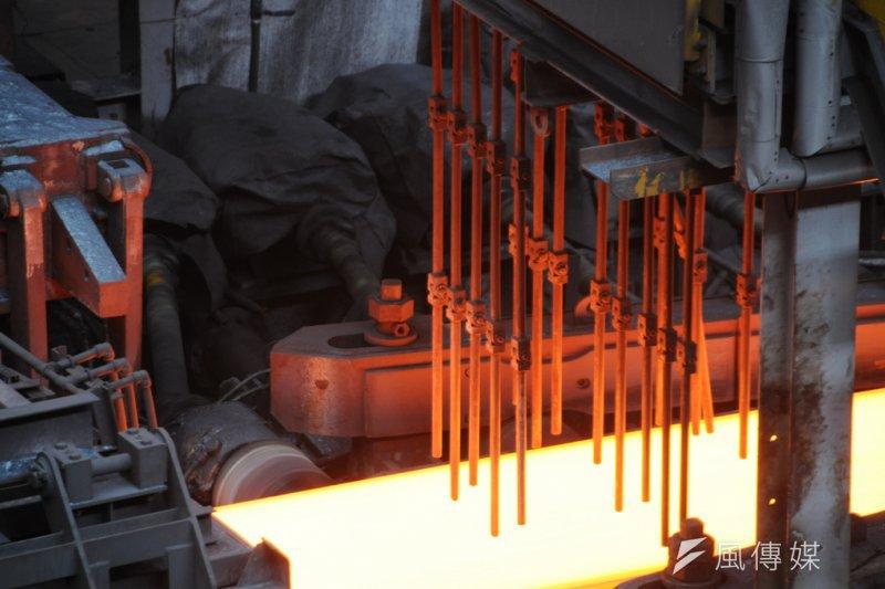 《廢清法》修法後,爐渣廢棄物無處可去,鋼鐵業者為此拜會環保署,而公共工程會也因此修法,開放公共工程使用轉爐石等爐渣資源化產品。圖為煉鋼鍛鑄過程。(圖/Sou-Yi Yang@Flickr)