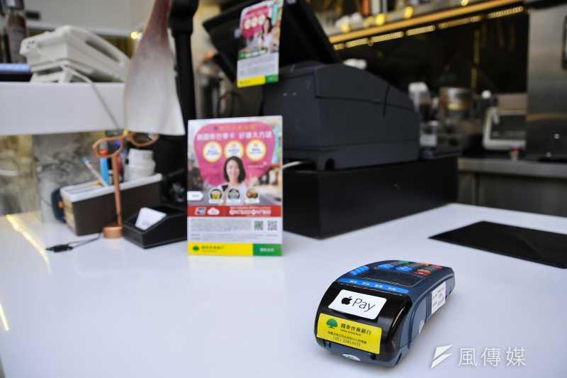 20170428-永康商圈啟用行動支付記者會,店家使用新型機器,可支援Apple Pay。(甘岱民攝)