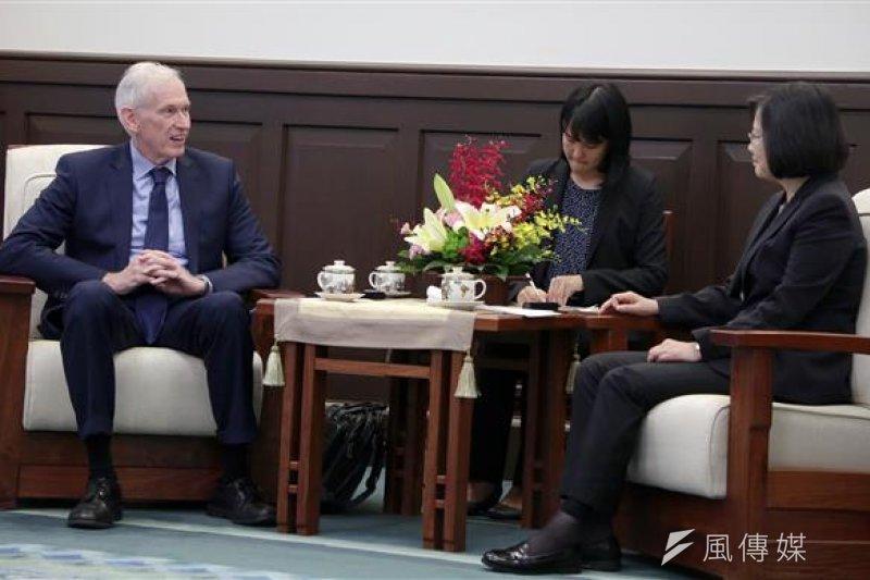 「美國在台協會(AIT)」主席莫健(James Moriarty,左)28日,拜會總統蔡英文,表達美國強力支持台灣以觀察員的身分,參與世界衛生大會 (World Health Assembly,WHA)。(總統府提供)