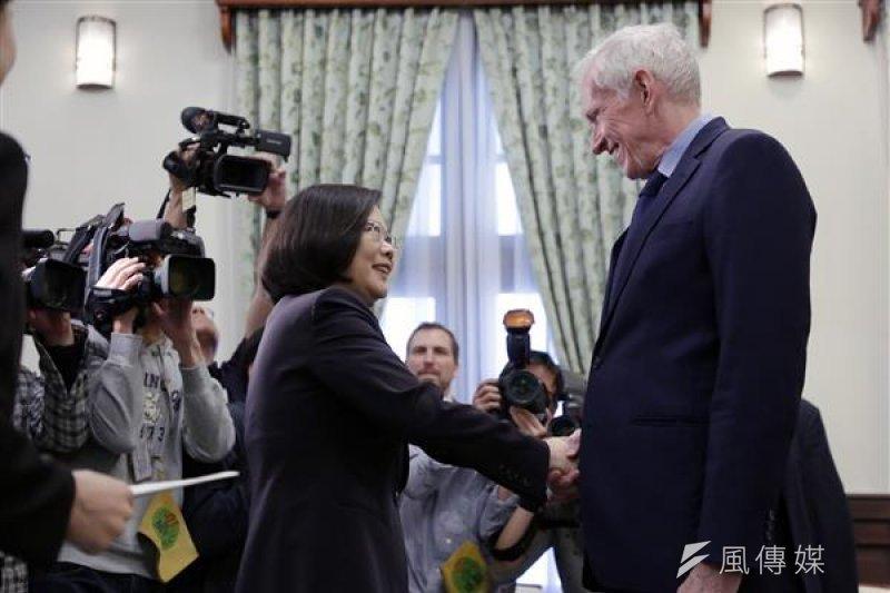 「美國在台協會(AIT)」主席莫健(James Moriarty,右)28日,拜會總統蔡英文時,表達美國強力支持台灣以觀察員的身分,參與世界衛生大會 (World Health Assembly,WHA)。(總統府提供)