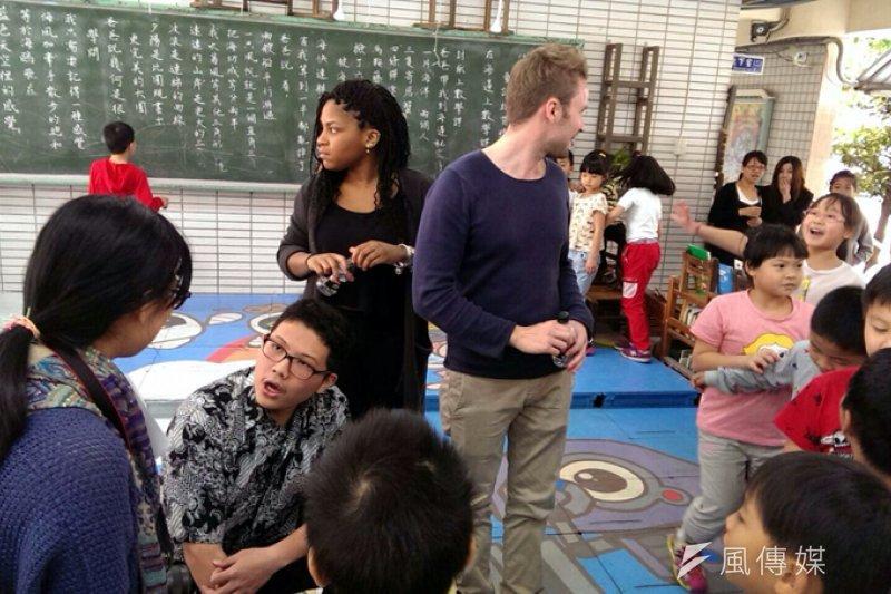 五堵國小學生與外籍學生面對面交流。(圖/張毅攝)