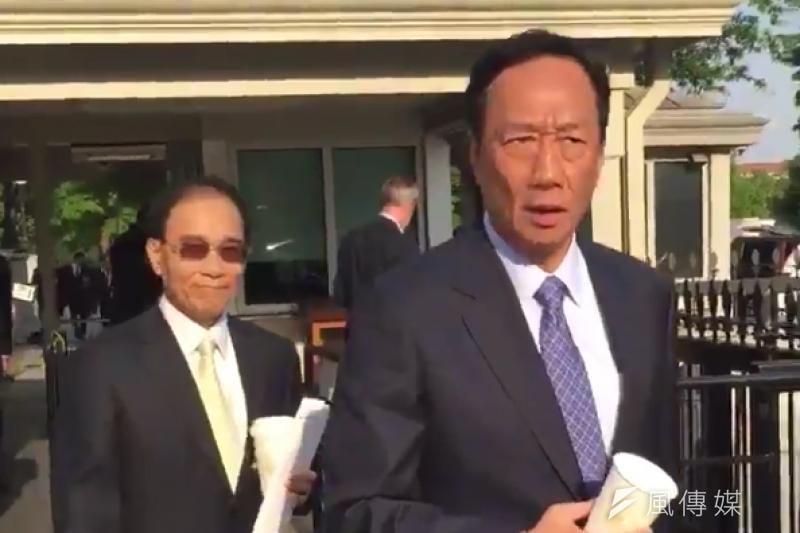 鴻海集團董事長郭台銘28日再度前往白宮,他在離開時告訴記者,鴻海計劃在美國從事資本密集型投資。(取自David Nakamura@Twitter)