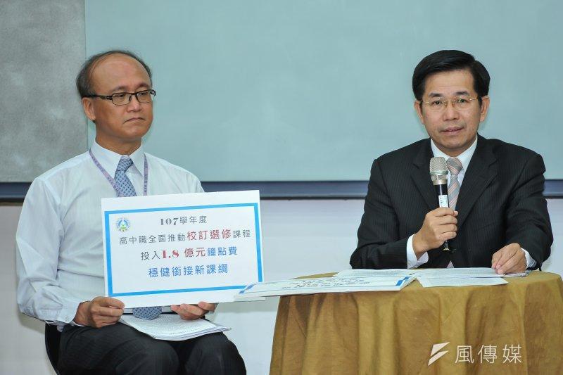 教育部長潘文忠舉行記者會,宣布新國教課綱延後到108年度實施。(甘岱民攝)