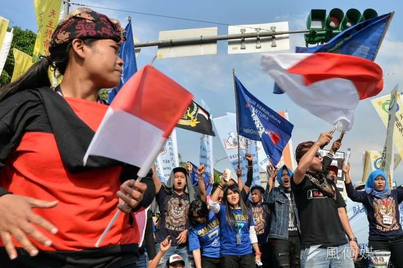 20170430-移工大遊行,印尼的移工揮舞自己國家的國旗。(甘岱民攝)
