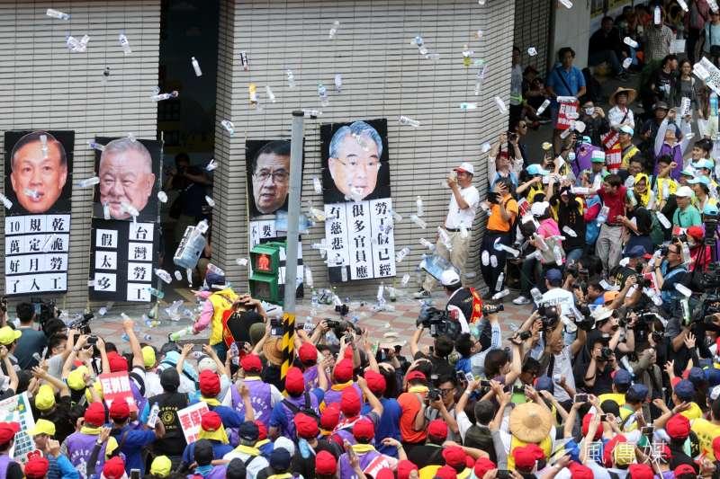 五一勞動節勞工大遊行包圍商總大樓,並向資方代表的立牌丟擲瓶罐。左起賴正鎰、林伯豐、徐重仁、許勝雄。(蘇仲泓攝)