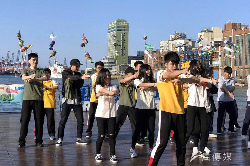 基隆學子在海洋廣場上熱舞快閃,鼓勵市民響應節電競賽。(圖/張毅攝)