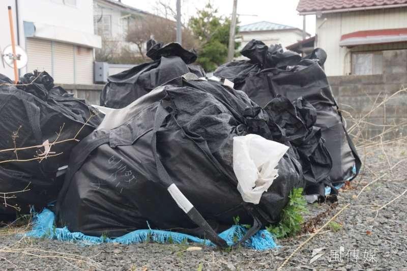 一袋袋輻射汙染物,不難想見這六年來除汙人員的艱辛。(盧逸峰攝)