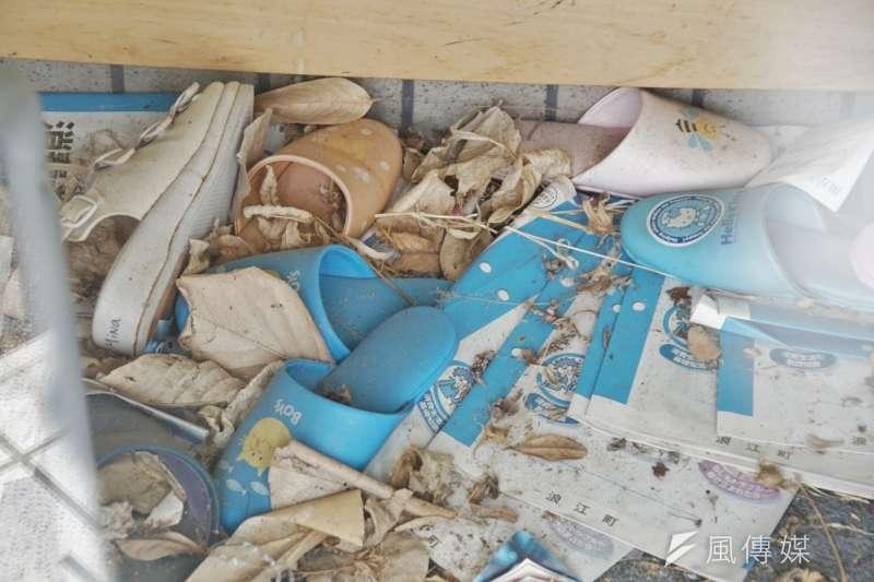 一間牙科診所的玄關,四散的拖鞋透露出地震當下的混亂。(盧逸峰攝)