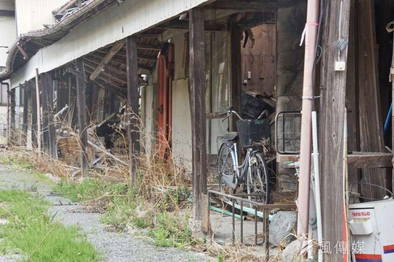 木造房舍的受損情形格外嚴重,災區有非常多這樣的房舍等待拆除。(盧逸峰攝)