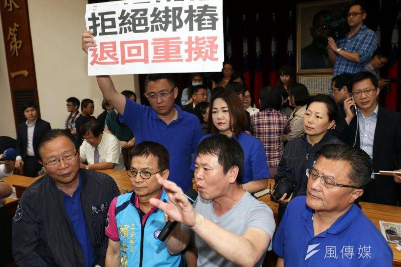 032017-05-03-立法院藍委抗議前瞻基礎建設,占領主席台杯葛。(蘇仲泓攝)