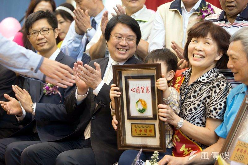 市長恭賀獲表揚的母親。(圖/張毅攝)