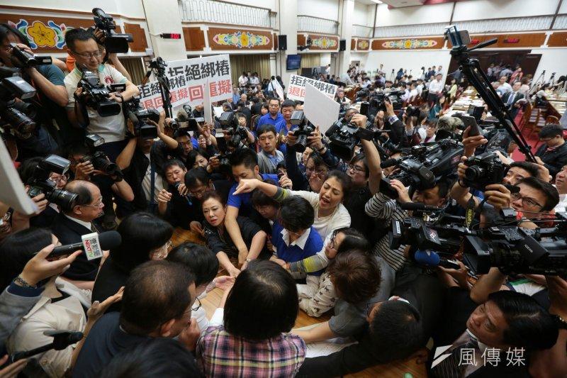 20170503-藍委抗議前瞻基礎建設 立法院(顏麟宇攝)