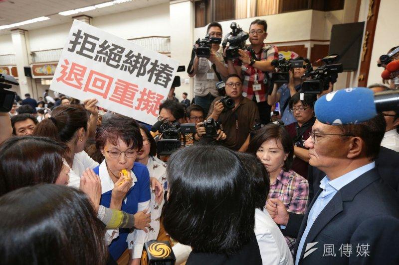 20170503-藍委抗議前瞻基礎建設 立法院 吹哨(顏麟宇攝)