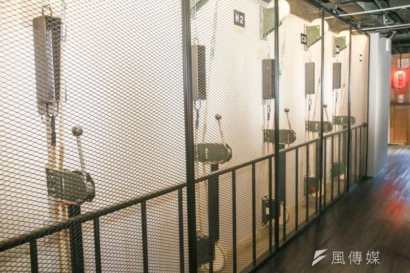 20170504兩廳院國家戲劇院「戲台咖」專訪.來自舞台元素再造.舞台布幕操縱桿成了裝置藝術 .(陳明仁攝)